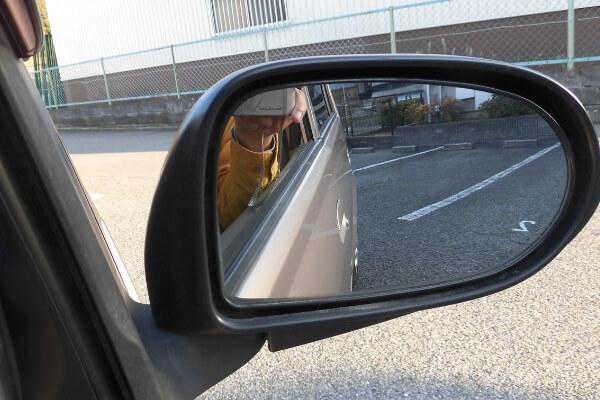 車のサイドミラーの写真