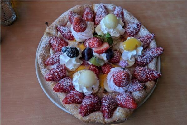 イチゴのピザの写真