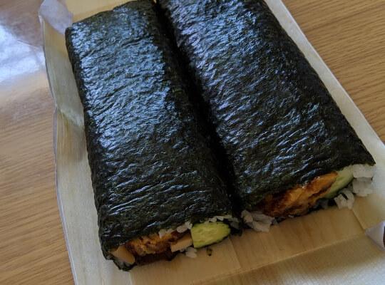 二本の巻き寿司の写真