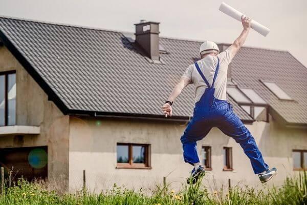 飛び上がる建築士の写真