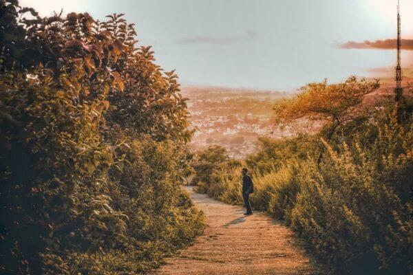 道にたたずむ人の写真