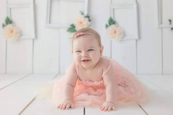 赤ちゃんがドレスを着て笑っている写真