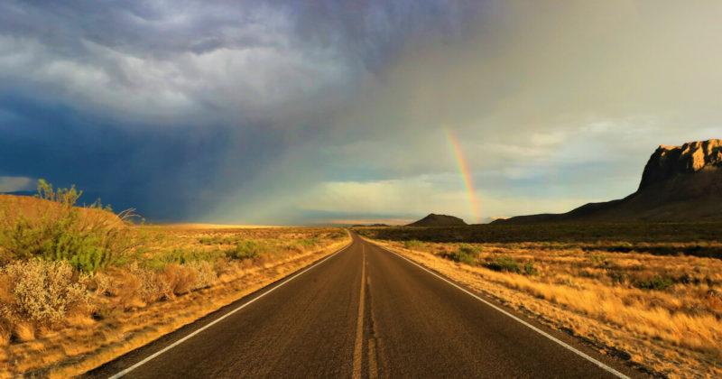 虹と道の写真