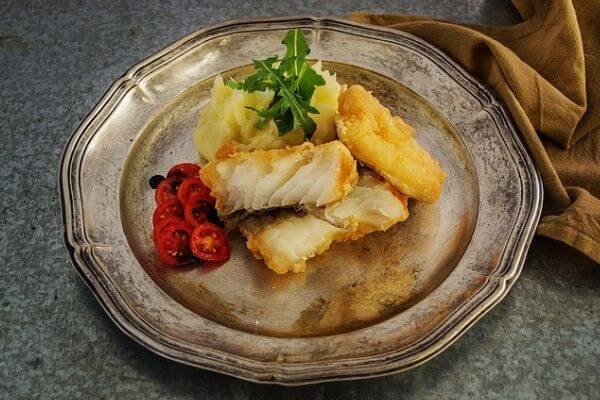 皿に盛られた魚のフライの写真