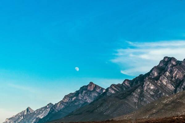 山と月の写真