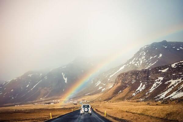 虹と車の写真