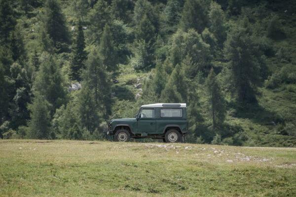 田舎を走る車の写真