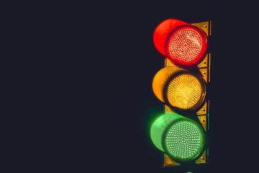 直進の矢印がついた信号、右折したいときはどーするのが正解なの?