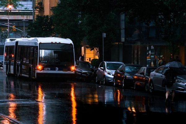 雨の日のバスの写真