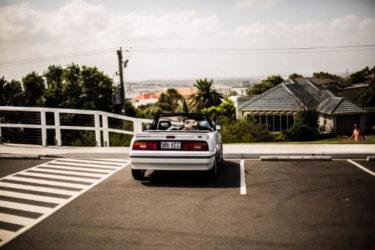 駐車場に停まっている車の写真