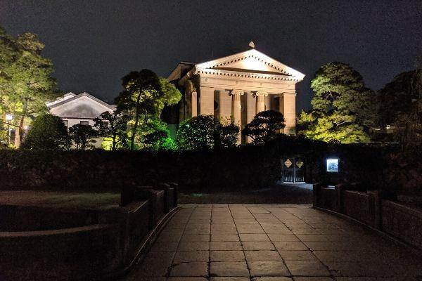 夜間遠目の大原美術館の写真
