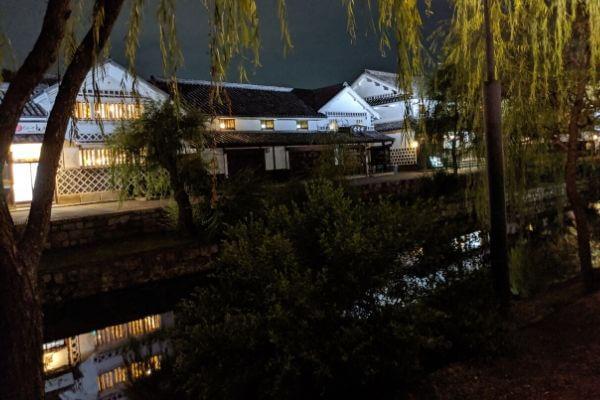 倉敷美観地区夜の川と店の写真