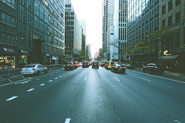 4車線の道路の写真