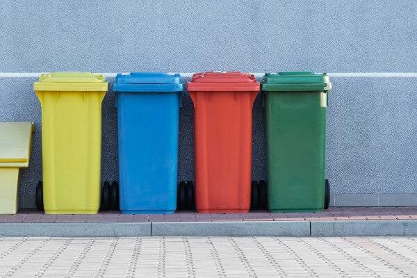 カラフルなゴミ箱の写真