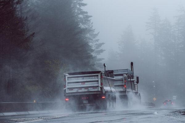 トラックが水しぶきをあげて走る写真