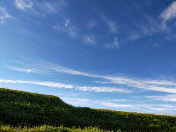 空と土手の写真