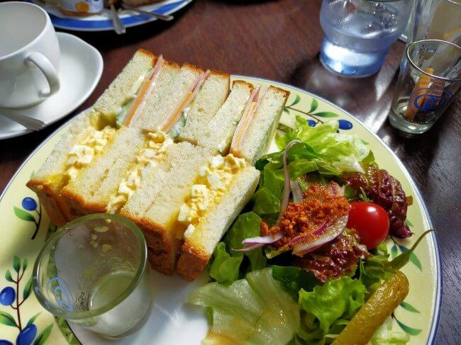 サンドウィッチとサラダの写真