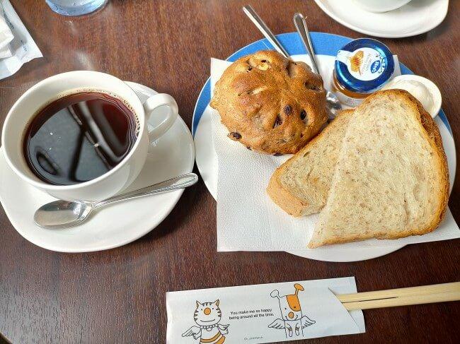 モーニングプレートのパン2種類とコーヒー