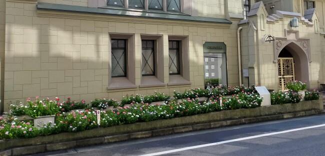 フロインドリーブの門と花壇