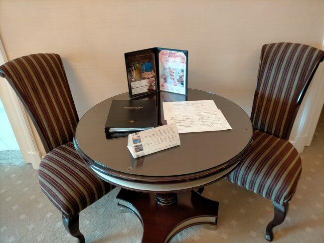 ホテルのテーブルセットの写真