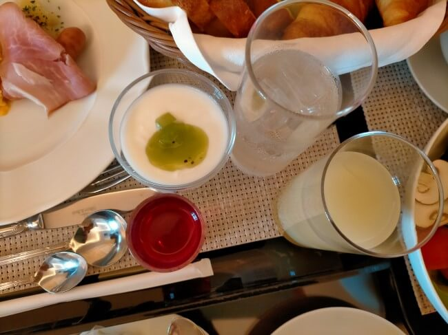 ヨーグルトとジュースの写真
