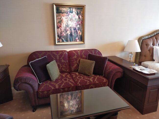 ホテルのソファーの写真
