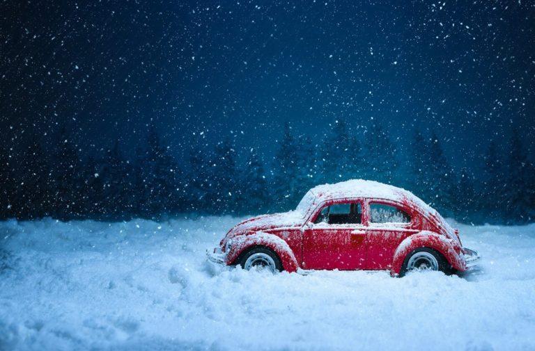 雪の中のミニカーの写真