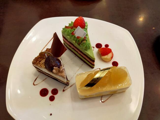 3つのケーキの写真