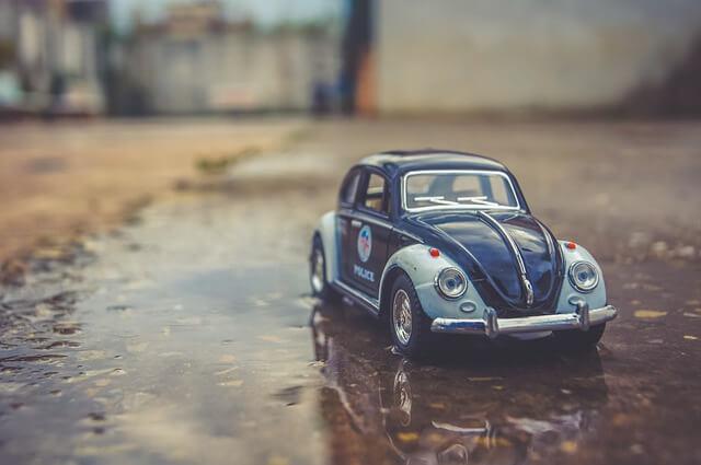 雨の日のおもちゃの車