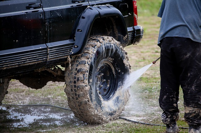 高圧洗浄で車を洗う写真