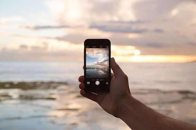 携帯電話と海の写真